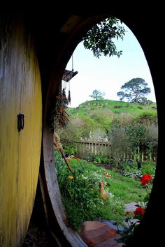 From inside a hobbit house - Rotorua, New Zealand O Hobbit, Hobbit Hole, Fellowship Of The Ring, Lord Of The Rings, Casa Dos Hobbits, Jrr Tolkien, Tolkien Books, Legolas, Middle Earth