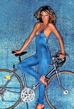 As a boy growing up in the I can tell you with absolute authority that there were two women who were on every pubescent boy's mind– Farrah Fawcett and Cheryl Tiegs. Farrah Fawcett, 70s Fashion, Vintage Fashion, Bike Fashion, Cheryl Tiegs, Cheryl Ladd, Charlotte Rampling, Actrices Hollywood, Bicycle Girl
