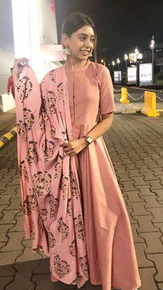 Simple Kurta Designs, Kurta Designs Women, Stylish Dress Designs, Stylish Dresses, Designer Party Wear Dresses, Kurti Designs Party Wear, Indian Designer Outfits, Simple Indian Suits, Bollywood Outfits