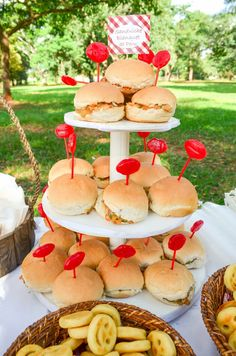 Festa Picnic! - MÃEnual de Instruções Picnic Birthday, Baby Birthday, Birthday Party Themes, Comida Picnic, Party Decoration, Tropical Party, Slumber Parties, Holidays And Events, First Birthdays