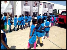 Les enfants de #Dakar arrivent au village de la francophonie pour rencontrer Youssou'Ndour sur notre plateau.