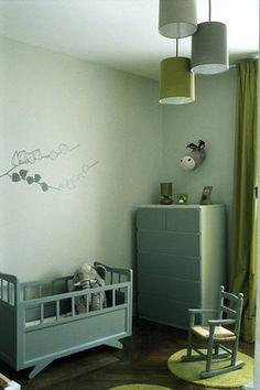 """Ici, les peintures n'ont pas seulement été utilisées sur les murs, tous les meubles chinés ou achetés chez Ikea et Fly ont été repeints dans des tons plus originaux. Kaki et anis chez Côme. Commode Ikea. Peinture """"Gris Maintenon"""" Seigneurie."""