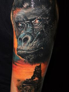Alex de Pase has used contrasting tattoo inks to create thie photo realistic tattoo of a gorilla