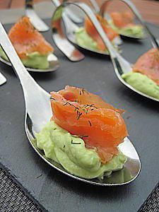 Spoons with aperitif with smoked avocado and smoked salmon with dill / Gourmets Tapas, Fingers Food, Appetizer Recipes, Appetizers, Brunch, Avocado, Cooking Recipes, Healthy Recipes, Snacks Für Party