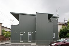 光によって変化する金属の外壁を使いました。グレーがかった緑色です。この写真「ガルバリウム鋼板の深緑色の外壁」はfeve casa の参加建築家「須藤一栄三鴨泉建築研究所/須藤一栄三鴨泉建築研究所」が設計した「武蔵関公園の家」写真です。「外観が見たい 」カテゴリーに投稿されています。