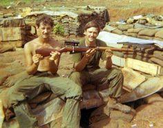 Il decorato sergente della 1st Cavalry Division Eldon H. Erlenbach (dx) con Mosin Nagant 91/30 Sniper PU catturato in Cambogia 1970