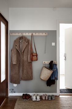 Mäklare Göteborg – Wettergren Fastighetsbyrå - New Ideas Entry Hallway, Entryway, Hallway Ideas, Home Renovation, Home Remodeling, Decoration Hall, Half Painted Walls, Hallway Inspiration, Design Inspiration