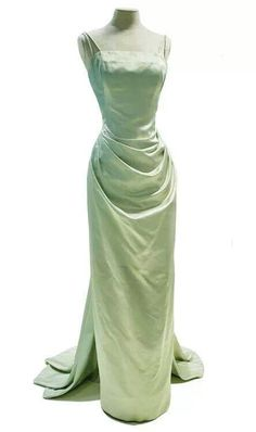 Evening dress designed by Edith Head for Grace Kelly, worn to the premiere of the The Country Girl, and to the Academy Awards, March at which she won the Oscar for Best Actress for her performance in that film. Grace Kelly, Vintage Outfits, Vintage Gowns, Pretty Dresses, Pretty Outfits, Beautiful Dresses, 1950s Style, Designer Evening Dresses, Evening Gowns
