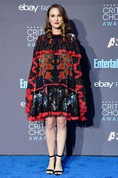 Natalie Portman picks up best actress at Critics' Choice Awards Estilo Natalie Portman, Natalie Portman Mila Kunis, Natalie Portman Hot, Red Carpet Dresses, 15 Dresses, Nice Dresses, Cape Dress, Best Actress, Most Beautiful Women