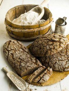 Ruisjuuri antaa rouheiseen ruisleipään sopivasti happamuutta. Ellei sinulla ole ruisjuurta, voit käyttää hapanleipää. Leikkaa leipäviipaleista… Savoury Baking, Bread Baking, Baking Recipes, Dessert Recipes, Finnish Recipes, Tasty, Yummy Food, Our Daily Bread, Pastry Cake