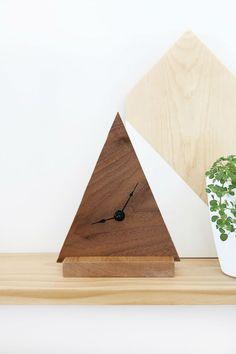 10 relojes geométricos ¡que sí puedes hacer! reloj DIY con repisa de madera