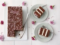 Mokkapalat ovat niin rakastettu herkku, että syntyi idea tehdä tästä kahvipöytien klassikosta kakku. Lapset ovat päässeet testaamaan tätä kakkua ja se on ollut menestys -suosikkikuorrutetta kun löytyy kinuskisen täytteen lisäksi jokaisesta välistä. Valmiilla maitokahvijuomalla helpotat tekoa, kostutus sujuu makoisasti ja tuot kakkuun lempeämpää makua. Finnish Recipes, Something Sweet, No Bake Cake, Love Food, Sweet Recipes, Baking Recipes, Food To Make, Sweet Treats, Food And Drink