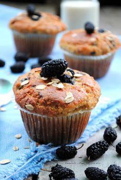 Pane, burro e alici: Una sana colazione di stagione: muffins con yogurt, avena e more di gelso