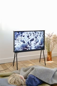 The Bouroullec Brothers designed the Serif TV for Samsung - a beautifully framed work of art! Works just as well on its thin feet as it does on a shelf. Serif, Samsung, Ronan & Erwan Bouroullec, Table Design, Deco Design, Design Design, Home And Deco, Consumer Products, Interiores Design