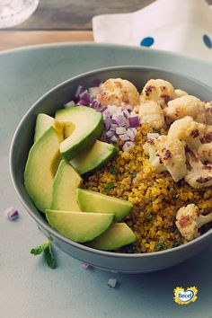 Dinnertime: a golden opportunity for a golden bowl. Golden Bowl, Turmeric Cauliflower, Quinoa Bowl, Heart Healthy Recipes, Eating Habits, Cobb Salad, Opportunity, Main Dishes, Vegetarian