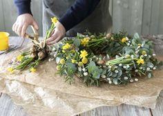 Lag en vakker vårkrans av eukalyptus, gåsunger og påskeliljer. Outdoors, Table Decorations, Plants, Diy, Bricolage, Do It Yourself, Plant, Outdoor Rooms, Off Grid