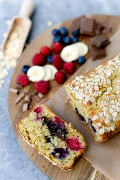 banana oat bread with berries and chocolate Banana Oat Bread, Banana Oats, Scones, Granola, Berries, Cheese, Snacks, Chocolate, Baking