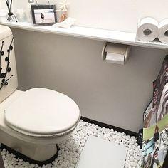 狭いスペースでも掃除用具や小物を上手に整理整頓しつつ、好きな雑貨や植物を飾ってオシャレにディスプレイしたいですよね。今回はそんなトイレの悩める収納から、手軽にできるイメチェン、また本格的なタンクレストイレDIYの方法までを大公開!お客さんを案内したくなるオシャレなトイレを作りませんか?