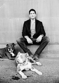 """Jon Bernthal en compañía de sus dos perros """"Boss"""" y """"Venice""""."""