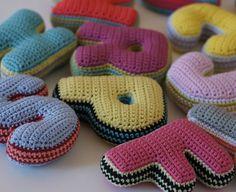 Crochet plush letters por TakeAwayCrochet en Etsy, €20.00