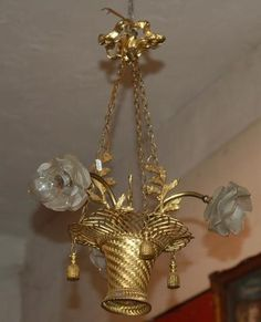 Petit lustre en forme de vannerie en laiton doré à trois bras de