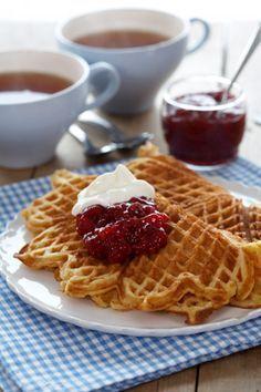 Disse vafler er i Norge kåret som verdens bedste vafler, så de må være værd at prøve Waffle Recipes, Cake Recipes, Dessert Recipes, Kolaci I Torte, Norwegian Food, Scandinavian Food, Danish Food, Sweets Cake, Pancakes