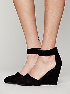 Great, comfortable wedge heels. The simple black color is neutral and help finish off any outfit.