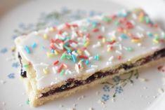 Blåbærsnitter - nemme og lækre. Hindbærsnitter med blåbær Danish Cookies, Danish Dessert, Cherry Sauce, Crispy Cookies, Marzipan, Christmas Desserts, Biscotti, Vanilla Cake, Sweet Tooth
