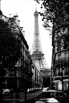 Won't you take a trip to the Eiffel Tower with me? | Photos by Spicie Foodie #photography #travel #paris #blackandwhite #filmphotos