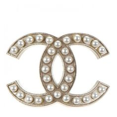 CHANEL Pearl CC Brooch Pin Silver ❤ liked on Polyvore featuring jewelry, brooches, pearl jewellery, pin brooch, pearl brooch, pin jewelry and pearl broach