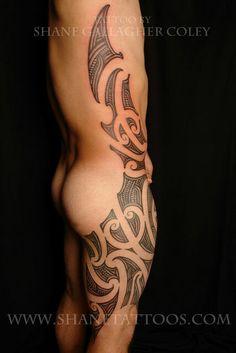 Maori Thigh and Side Tattoo Maori Designs, Stammestattoo Designs, Tribal Tattoo Designs, Tribal Tattoos, Side Thigh Tattoos, Leg Tattoos, Body Art Tattoos, Tattoo Art, Tattos