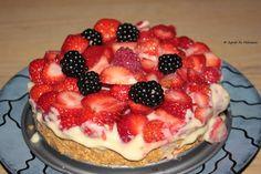 Wer möchte davon nicht auch ein Stückchen abhaben? Leckerer Beerenkuchen auf Vanillepudding und Keksboden - traumhaft!