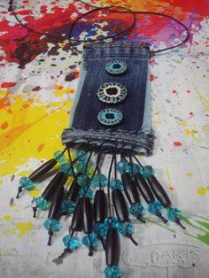 Pieza original realizada con tela vaquera, botones pintados a mano y otros complementos. http://calpearts.blogspot.com.es/p/colgantes.html