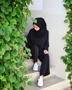 New nature inspired outfits pants Ideas Modern Hijab Fashion, Street Hijab Fashion, Hijab Fashion Inspiration, Niqab Fashion, Muslim Fashion, Fashion Outfits, Black Cullotes Outfits, Casual Hijab Outfit, Girl Hijab