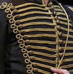 Operafantomet: phantoming, Buttons in Raoul's Hussar costume I lack ultimate...