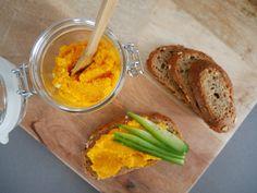 Dagelijks meer groente eten? Dat is heel makkelijk door deze lekkere voedzame wortelspread. Makkelijk om te maken en erg lekker!