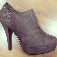 Ankle boot with stud Flip Flops, Booty, Ankle, Sandals, Lady, Shoes, Fashion, Moda, Swag