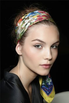 See how to get the perfect hair knot. Dolce & Gabbana, Vog Coiffure, Hair Knot, Scarf Hairstyles, Face Powder, Headdress, Womens Scarves, Fashion Beauty, Women's Fashion