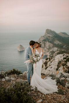 Mallorca Wedding - Heiraten auf Mallorca in der Finca Alaiar Nyc Wedding Photographer, Wedding Photography Poses, Wedding Poses, Wedding Photoshoot, Wedding Couples, Couple Photography, Boho Wedding, Destination Wedding, Dream Wedding