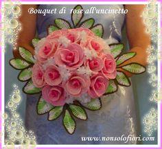 Bouquet da sposa con rose rosa all'uncinetto  www.nonsolofiori.com #crochet #fiori #flowers #uncinetto #rose #bride #bouquet #bouquetdasposa #segnaposti #marriage #wedding