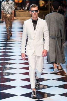 Dolce & Gabbana celebrates music for spring-summer Known for its bravado when it comes to intricate prints, the Italian fashion house didn't disappoint. Mens Fashion Casual Shoes, Men Casual, Fashion Outfits, Men's Fashion, Male Fashion Trends, Fashion Brands, Dolce And Gabbana 2017, Designer Clothes For Men, Designer Clothing