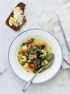 Huippukokki Jouni Toivasen täydellisessä lihakeitossa on kirkas liemi, sopiva suola ja paljon persiljaa ja pehmeä maku. Kaikkiaan soppaa keitellään...