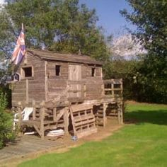 Pallet Playhouse Cabin I made this play cabin for my children out of 60 pallets. Pallet Kids, Pallet Barn, Pallet Shed, Pallets Garden, Pallet Patio, Pallet Crafts, Diy Pallet Projects, Pallet Buster, Diy Pallet Furniture