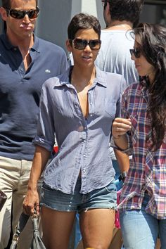 Halle Berry Photos - Halle Berry and a couple of friends walk back to their cars after having lunch at Toast in West Hollywood. Berry was dressed for the warm weather as she sported a loose button up shirt and short shorts. - Halle Berry at Toast Inverted Triangle Outfits, Halle Berry Style, Cut Shirt Designs, Hale Berry, Cool Outfits, Fashion Outfits, Simple Outfits, Men's Fashion, Types Of Jeans