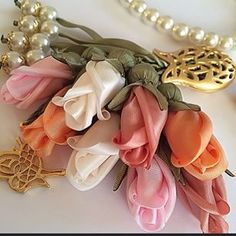 material roses necklace