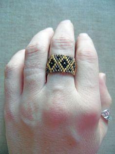 Bague tissée en perles Miyuki. Bague ethnique Bronze, noir et doré. Tissage peyote amérindienne huichol. Taille 50-51 : Bague par m-comme-maryna
