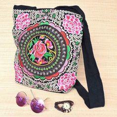 Bolsa sacola bordada no melhor estilo boho vintage.  Saiba mais pelo nosso Whatsapp: 13982166299  #bohochic #bohosoul #retro #vintage #gipsy