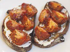 Spicy Tomato Toasts = Happy Weeknight Supper #fromtheathleteskitchen #supper #kumato #tomatotoasts