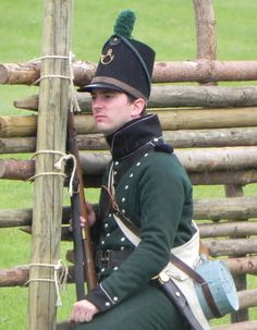 """Fuciliere del 95 rgt. """"Rifles"""" inglese Battle Of Waterloo, Colonial America, Military Diorama, Napoleonic Wars, British Army, Call Of Duty, Green Jacket, Troops, Riding Helmets"""