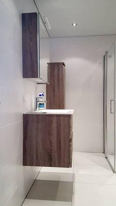 Een strakke badkamer met badmeubel gerealiseerd door Sanidrome van Scheppingen uit De Kwakel.